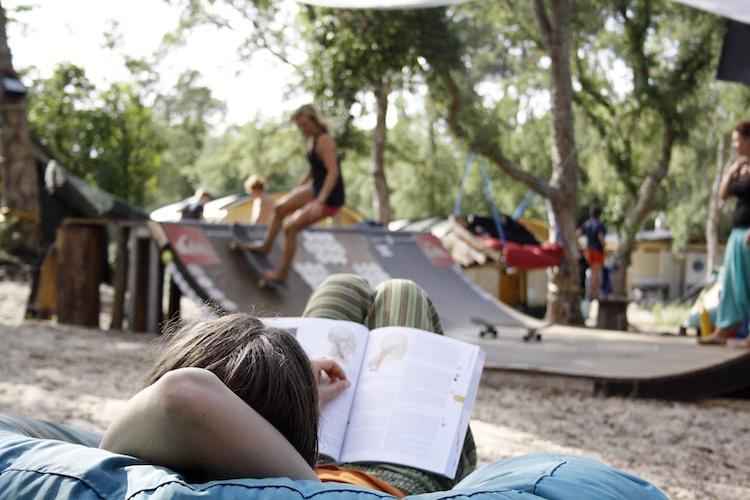 boek lezen surfcamps moliets frankrijk