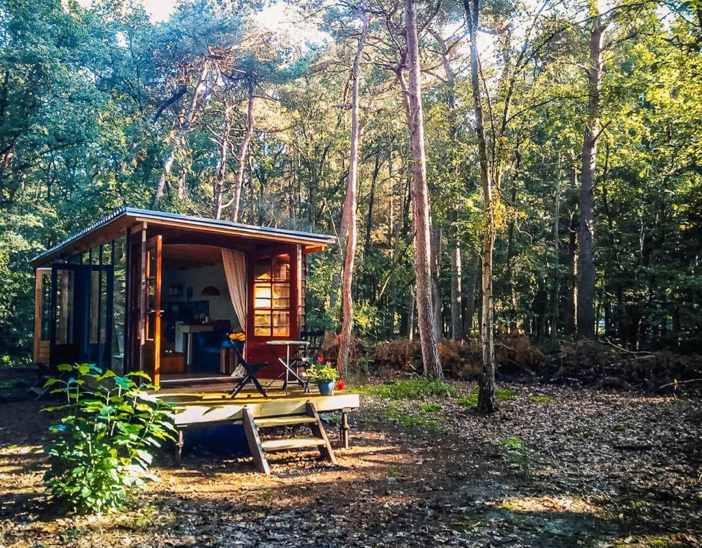 boshuis Maja's hut slapen in het bos Gelderland