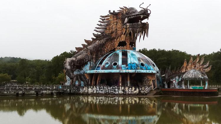 draak verlaten waterpark Hue