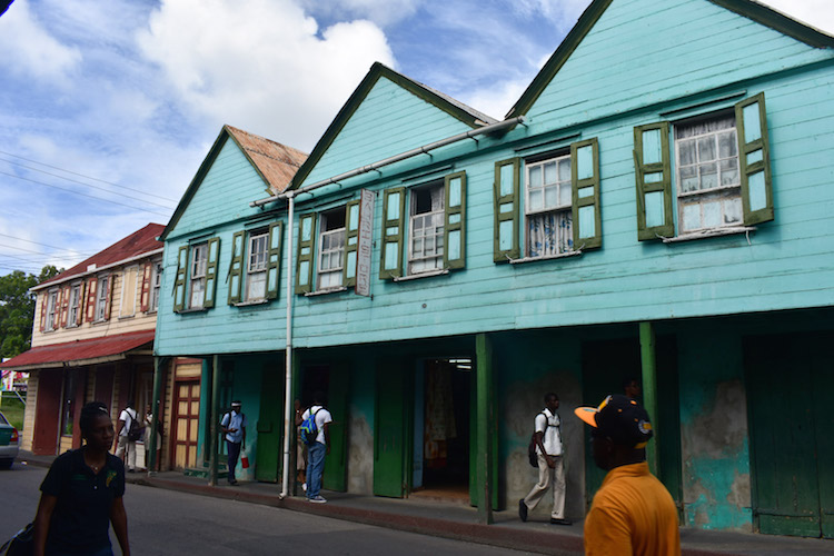 eiland antigua kleurige huisjes