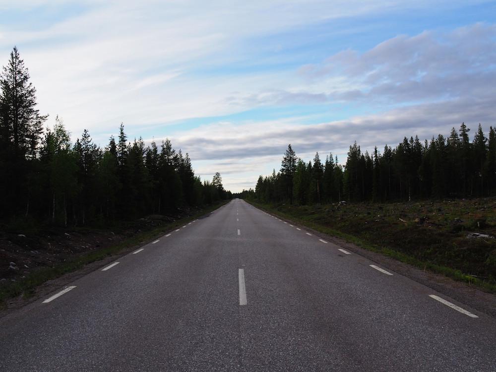 eindeloze weg lapland autovakantie