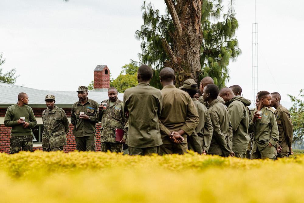 gidsen in rwanda tijdens gorilla spotten
