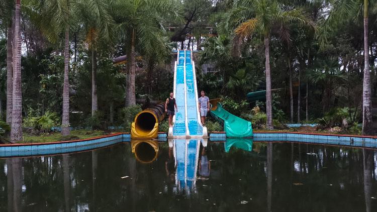 glijbanen verlaten waterpark Hue