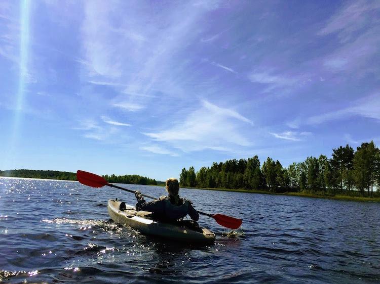 kajakken op meer zomervakantie in lapland