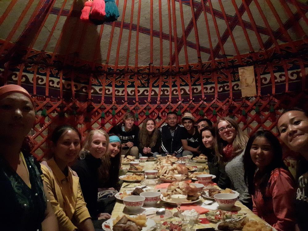 kirgizie backpacken groep CBT Eten in een yurt