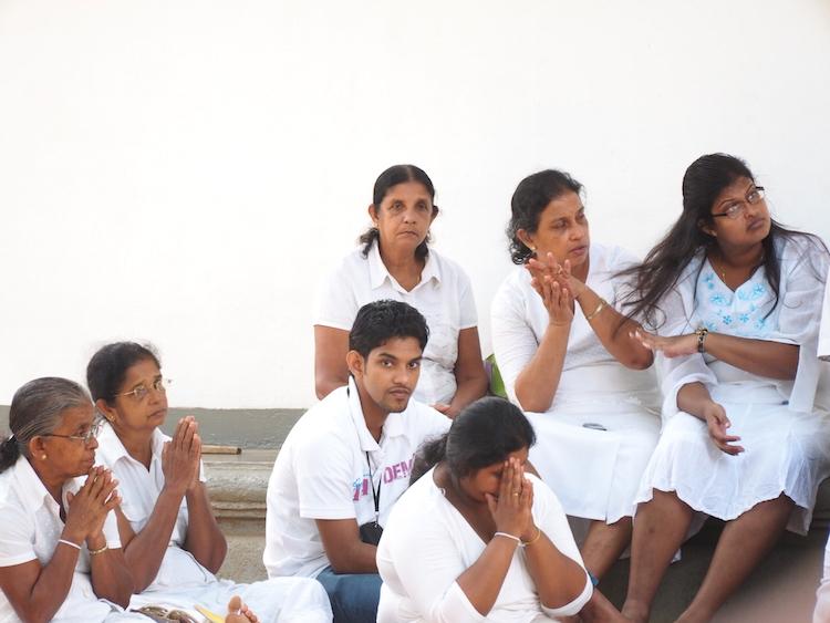 locals-Jaya-Sri-Maha-Bodhi-anuradhapura