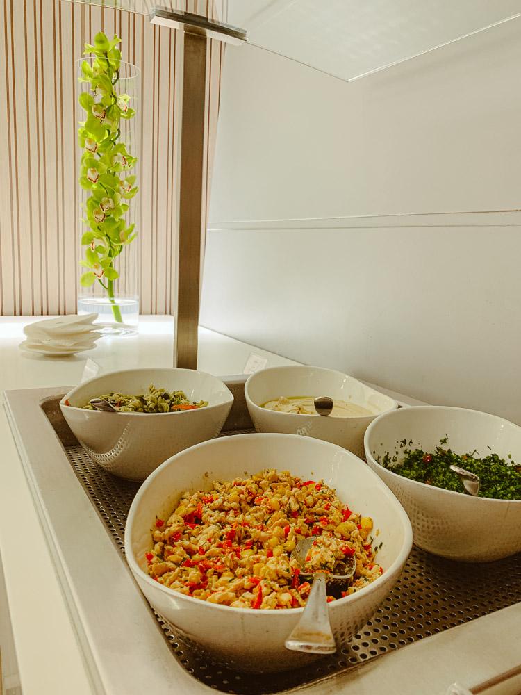 luchthaven lounge doha salad bar