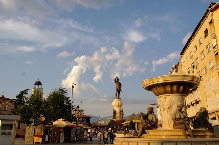 macedonie Skopje - Grote standbeelden met oude deel op achtergrond