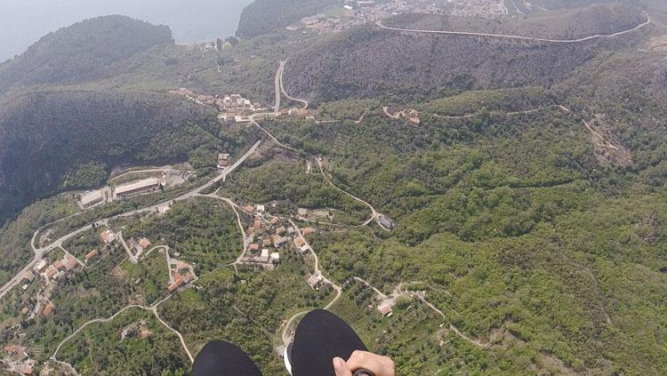 montenegro uitzicht tijdens paragliden budva