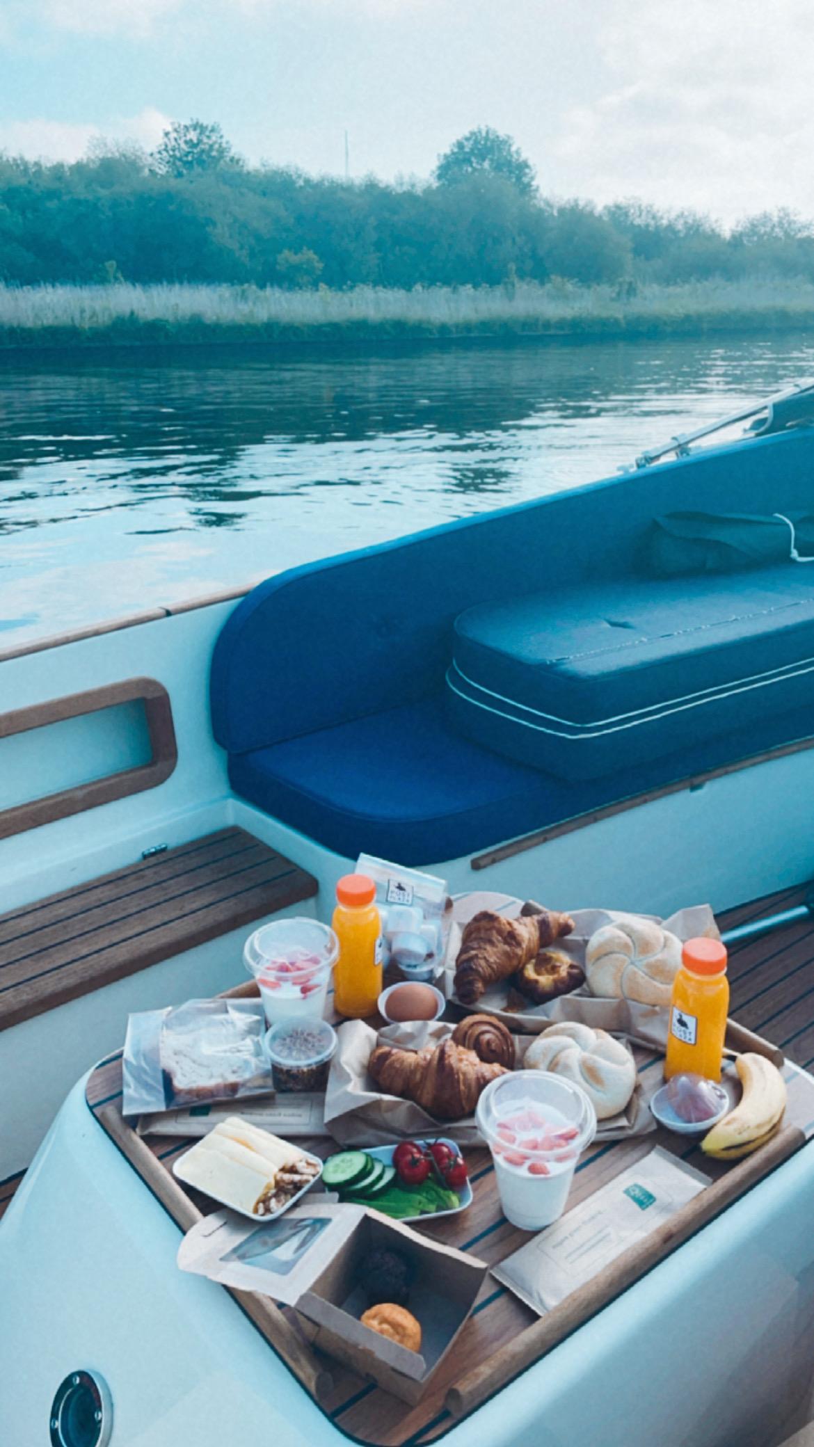 ontbijten op de boot varen friesland