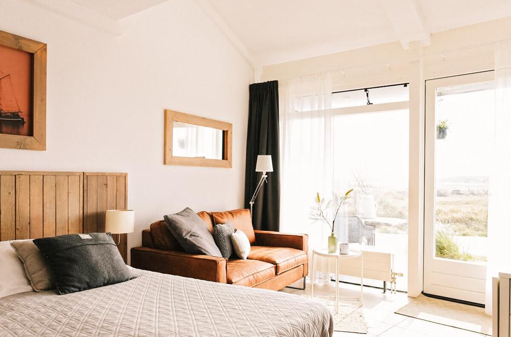 strandhotel Callantsoog bed en bank