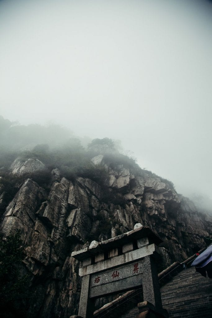 taishan heilige berg china mistig wolken