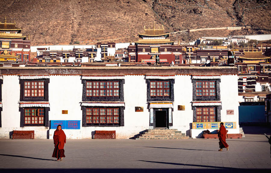 tempel huizen complex tibet backpacken tim