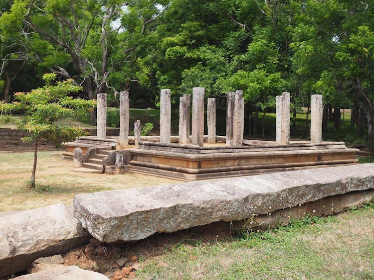 tempel met Moonstone anuradhapura sri lanka