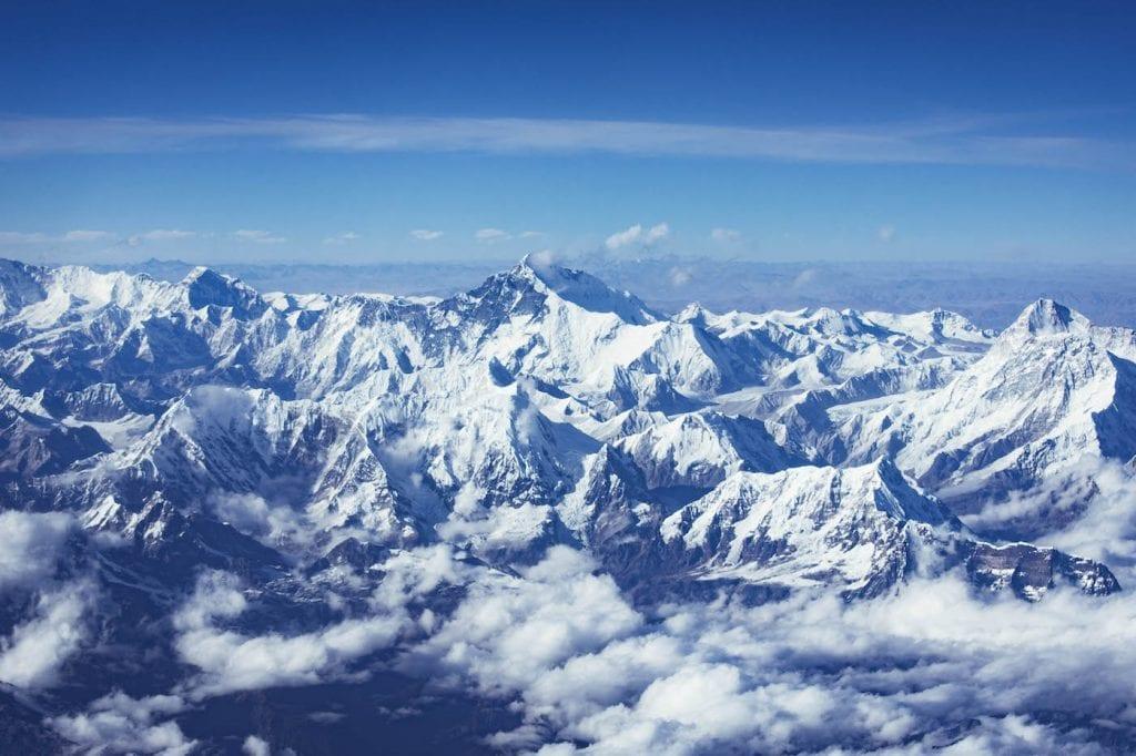 tibet besneeuwde bergtoppen