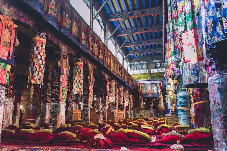 tibet binnen tempel backpackreis