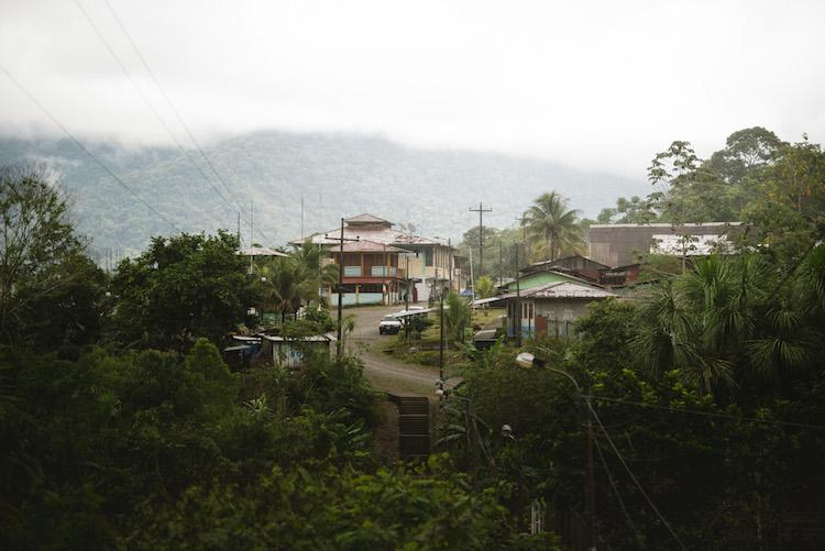 uitzicht over het dorpje manu jungle