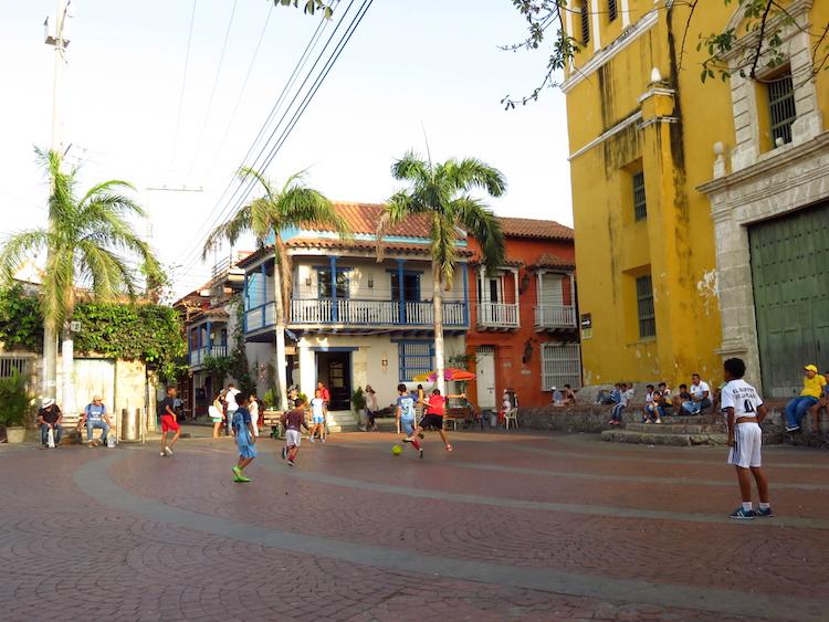 vakantie colombia tips kust Voetbal in Cartagana