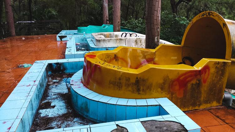 verlaten waterpark Hue bovenaan de glijbanen