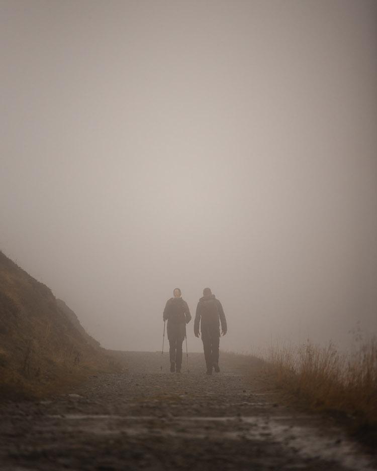 wandelaars in de mist in montafon in oostenrijk