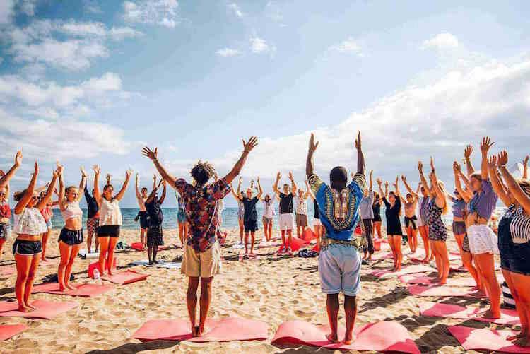 yoga op het strand the surf lodge