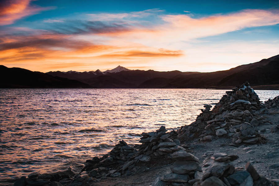 zonsondergang tibet backpacken