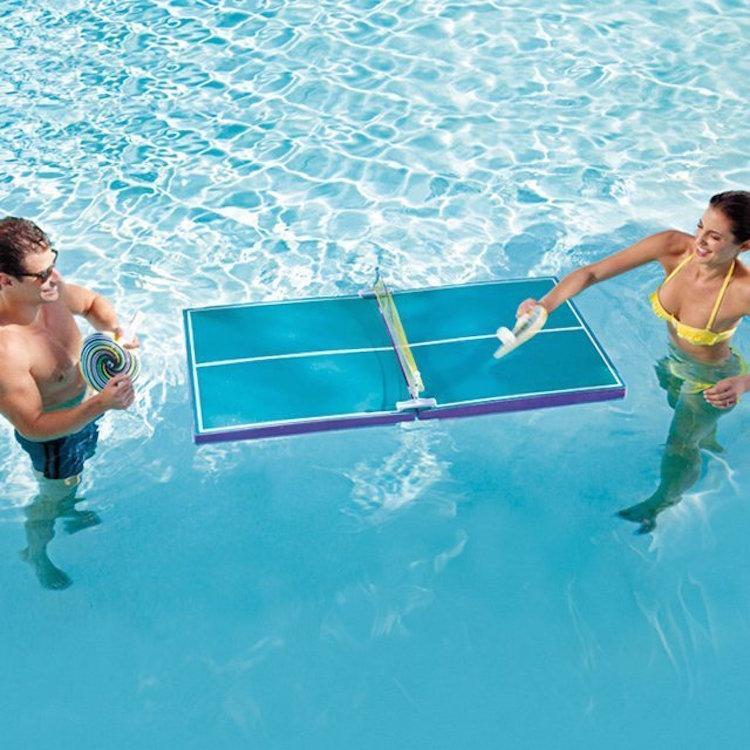 zwembad speelgoed ping pong in het zwembad